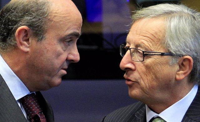 Luis de Guindos y Jean-Claude Juncker durante el Eurogrupo
