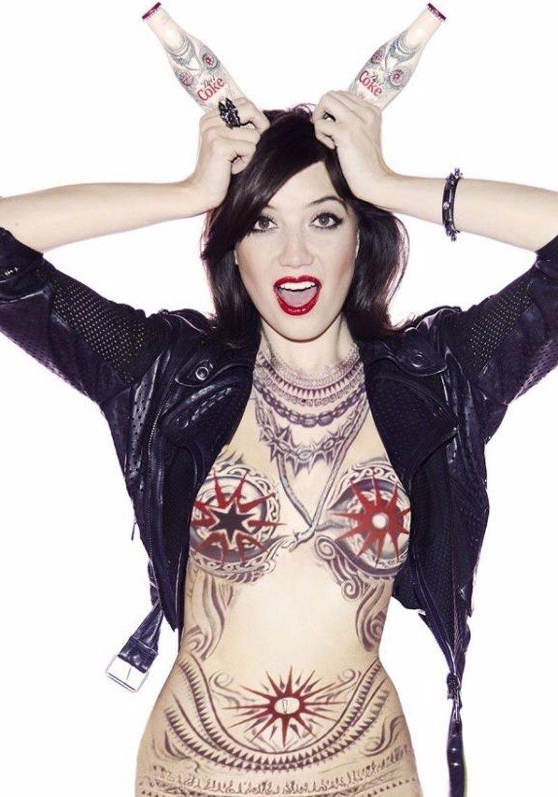Daisy Lowe Desnuda Y Completamente Tatuada Para Coca Cola