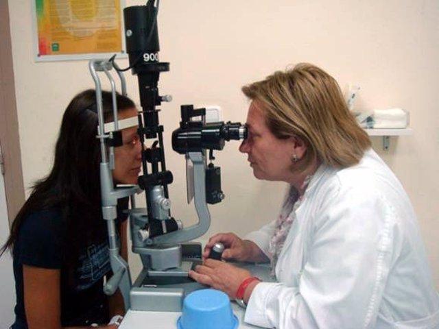 Una Médica Realiza Una Exploración De Ojos A Una Paciente