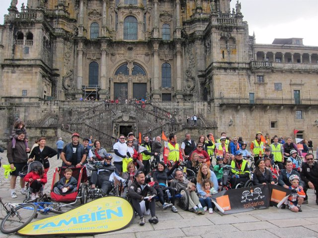 Participantes de la peregrinación en bicicletas adaptadas en el Obradoiro