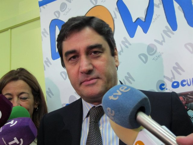 Echániz atiende a los medios en la sede de ASDOWN