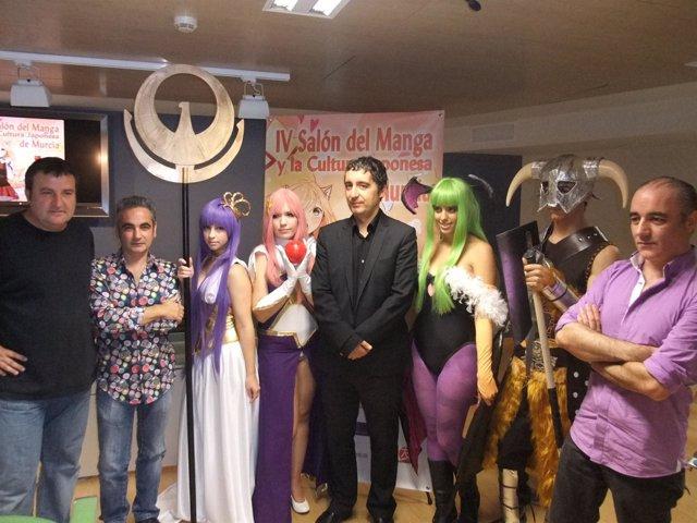 Edro Alberto Cruz (en el centro), durante la presentación del IV Salón del Manga