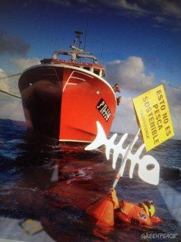 Acción de Greenpeace contra la pesca de arrastre en el puerto de Tarragona