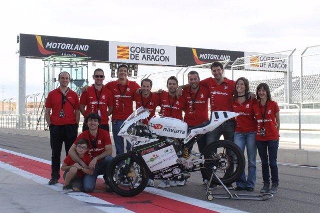 El equipo al completo posa con la moto en el circuito Motorland de Alcañiz.