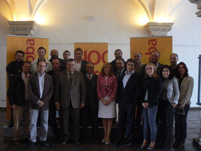 Romero (centro) con los participantes en los foros