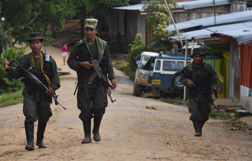 Guerrilleros de las FARC patrullan por un pueblo colombiano