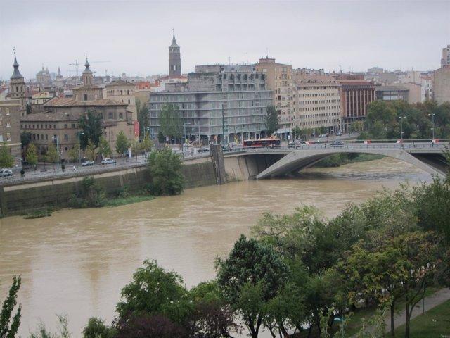 El río Ebro a su paso por la capital aragonesa.