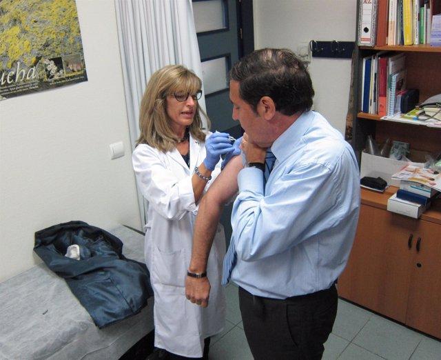 El consejero de Sanidad, Antonio María Sáez Aguado, se vacuna contra la gripe