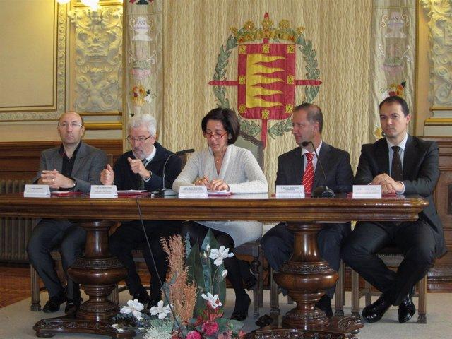 Mercedes Cantalapiedra y representantes de las asociaciones participantes.