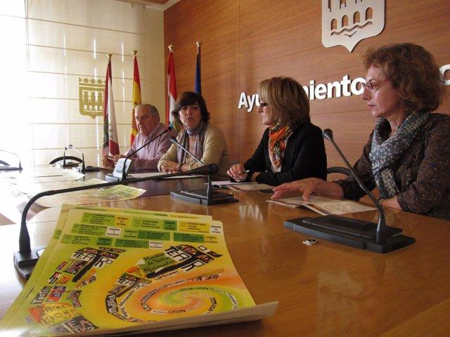 Montes, con los representantes de la AAV El Carmen, en la presentación