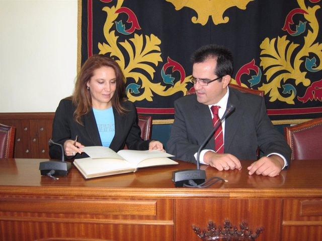 Carmen Crespo (PP) y el alcalde de Níjar, Antonio Jesús Rodríguez (PP)
