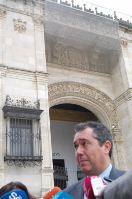 Espadas ante el Museo de Arqueología.