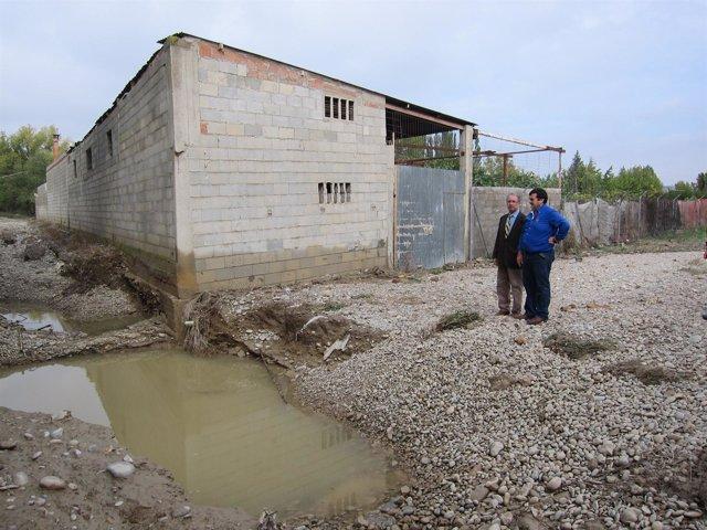 El vicealcalde y alcalde de Peñaflor delante de vivienda inundada
