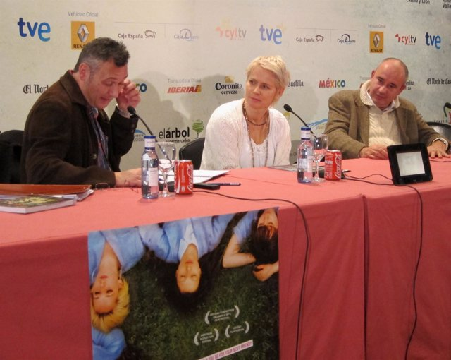 Patrice Toye y el productor, Antonino Lombardo, escuchan al traductor