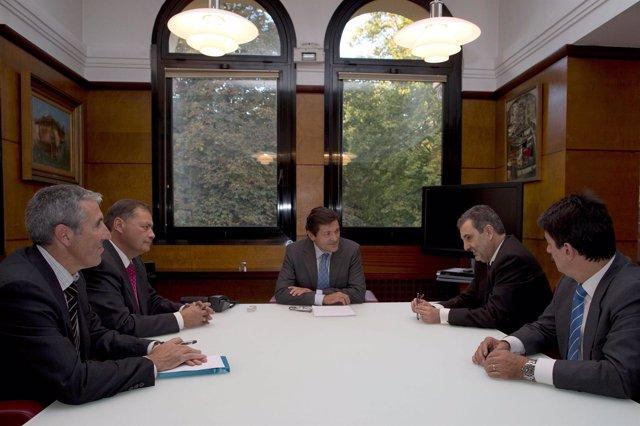 Javieer Fernandez con los responsables de Teléfonica de España y Asturias