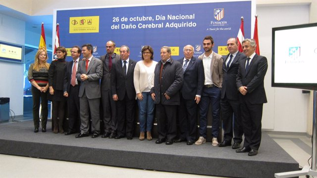 Foto de familia de representantes de la Palataforma de DCA y Atlético de Madrid