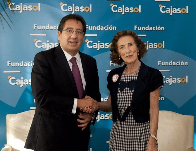 Antonio Pulido y Mª Luisa Guardiola firmando el convenio en la sede