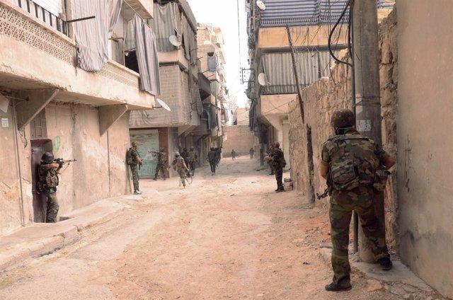 Soldados sirios avanzan sobre las posiciones rebeldes