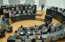 Botella insiste en que las medidas de ajuste son necesarias para garantizar la sostenibilidad de los servicios sociales