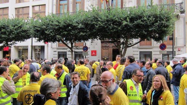 Trabajadores De FGV Protestan Por El ERE Ante La Conselleria De Economía.