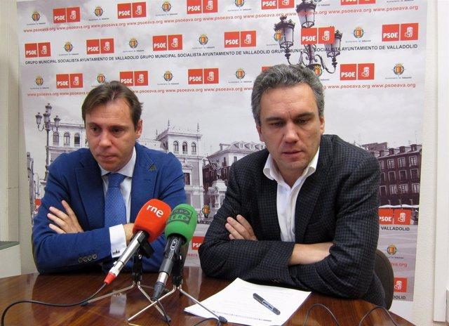 Javier Izquierdo (d) y Óscar Puente (i) durante una rueda de prensa