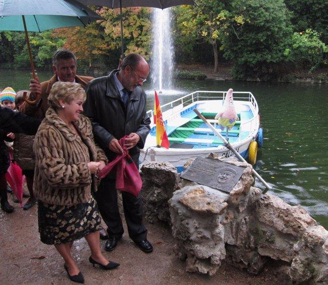 El alcalde y la hija de 'El Catarro' descubren la placa de homenaje