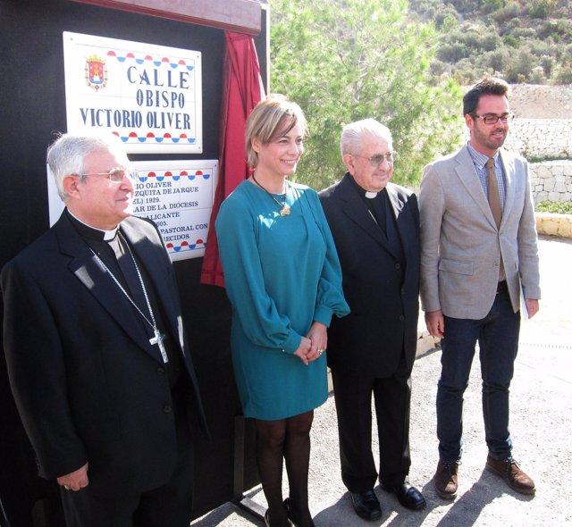 Sonia Castedo en la inauguración de la calle en honor al exobispo Oliver