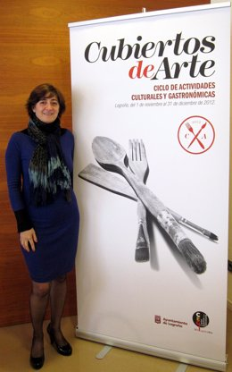 Pilar Montes, junto al cartel anunciador de 'Cubiertos de arte'