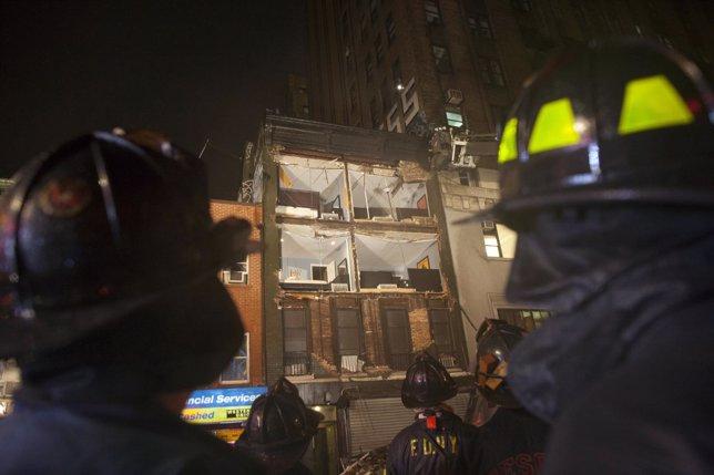 Parte de la fachada derrumbada de un edificio en Manhattan