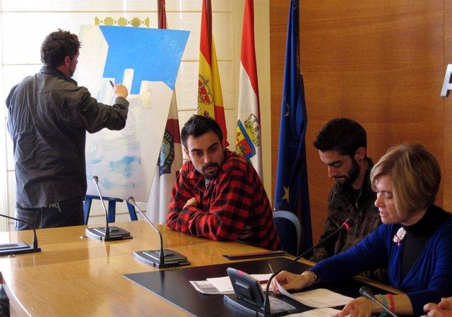 Corres presenta Artefacto 2012 mientras un artista realiza un graffiti