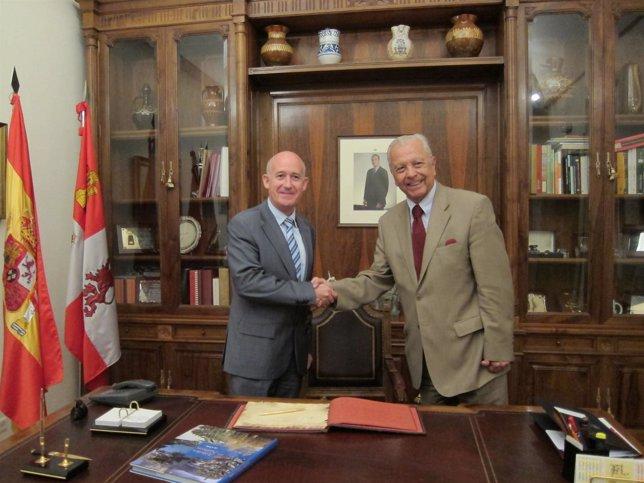Martín Mesonero (izquierda) en un acto con el embajador de Chile