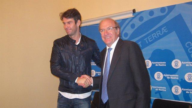El alcalde de Huelva, Pedro Rodríguez, con el pte de hosteleros, Iván Gómez.
