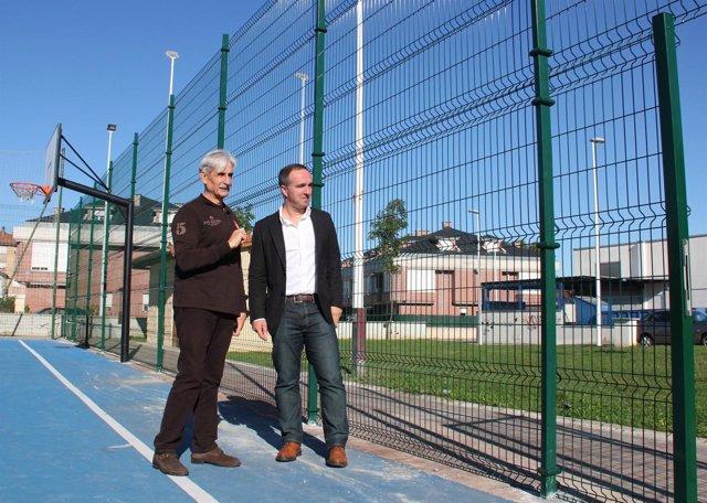 El concejal inspecciona el nuevo cierre perimetral de la pista de Sierrapando