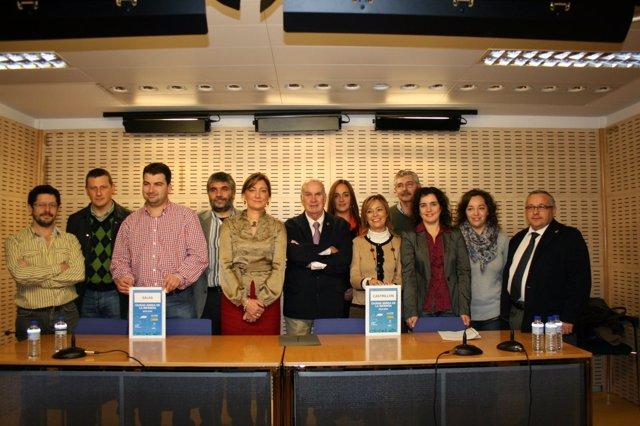 La consejera con los representantes de los ayuntamientos galardonados.