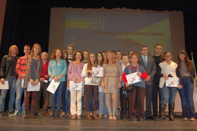 Gutiérrez Limones junto a los alumnos que recibieron sus premios