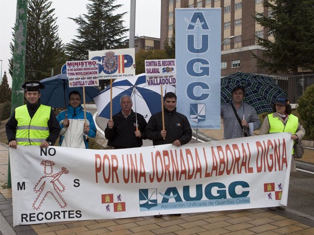 Miembros de la AUGC ante la Comandancia de Valladolid.