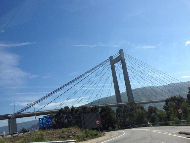 Vista de la AP-9 a su paso por el puente de Rande.