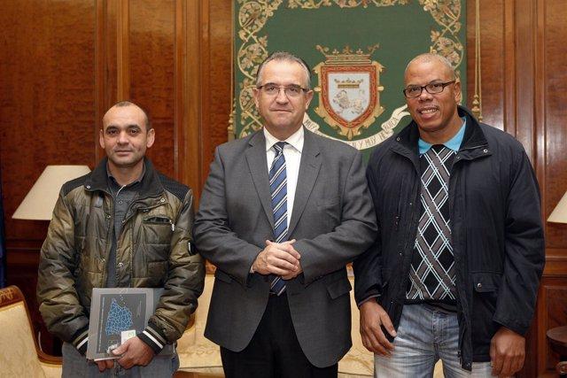 Enrique Maya, con representantes de la Asociación de Dominicanos en Pamplona.
