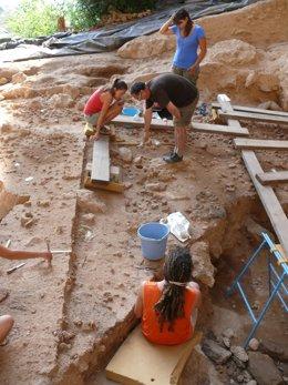Los Autores De Este Trabajo En Una De Las Campañas De Excavaciones En El Yacimi