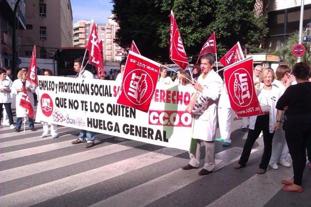 Concentración a las puertas del Hospital Morales Meseguer