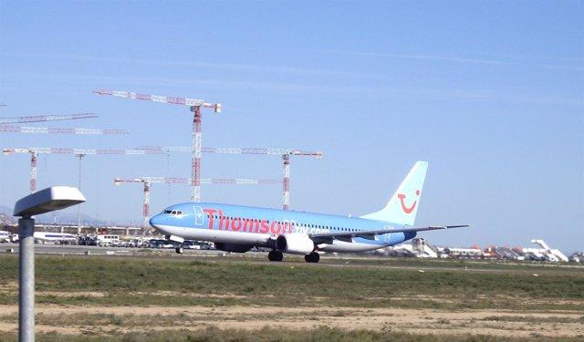 Imagen De Un Avión Despegando En El Aeropuerto De El Altet