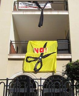 Pancarta Contra Los Recortes Educativos En Un Instituto De Valencia.