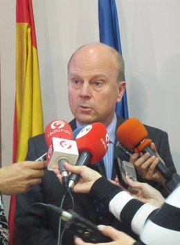 El Conseller De Economía, Máximo Buch, Atiende A Los Medios