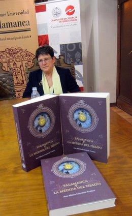 Ana María Carabias con ejemplares de  'Salamanca y la medida del tiempo'