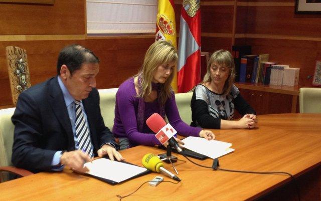 Firma del acuerdo entre el consejero de Sanidad y Satse