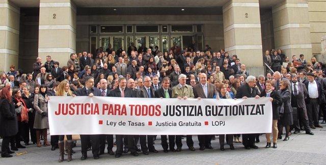 Abogados Jueces Fiscales Y Procuradores Se Concentran En Bilbao Contra La Modificacion De La Ley Tasas