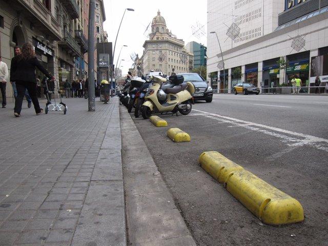 Contenedores retirados del centro de Barcelona por la huelga general 14N