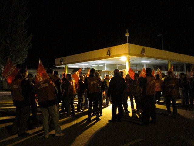 Todos los trabajadores de la planta de Opel en Figueruelas secundan el paro.