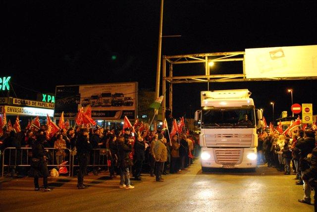 Inicio de la jornada de huelga en Mercasevilla