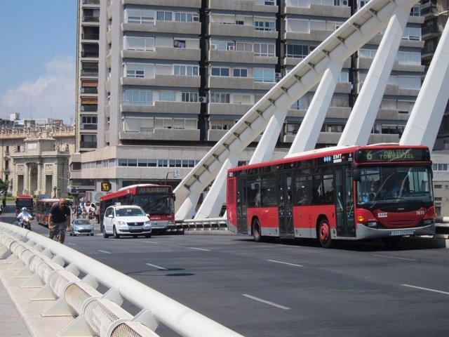 Imagen de archivo de autobuses de la EMT circulando por el centro de Valencia